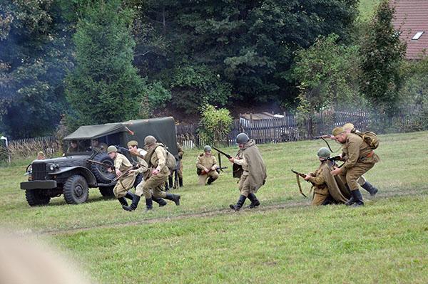 """Rysk framryckning. Trots ganska hög ålder på """"soldaterna"""" gick man in för det med liv och lust."""