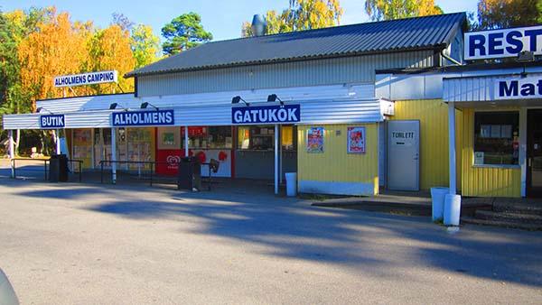 Alholmens kiosk längs E22, normalt ett fullpackat ställe.