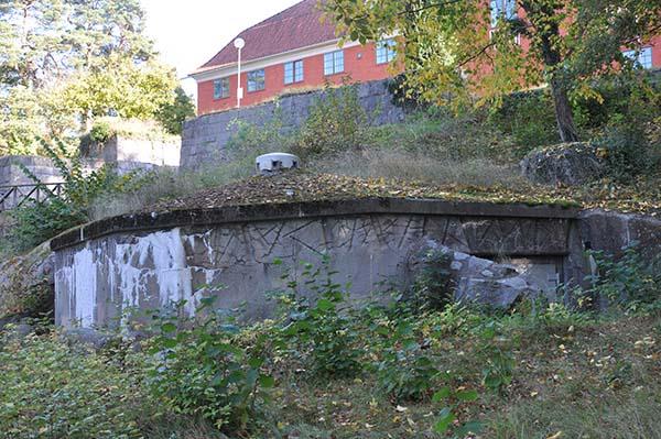 Stadsvärn K 59 nedanför Väggaskoland pampiga tegelbyggnad.