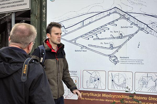 Diskussion vid orienteringstavlan för PanzerWerk Nord