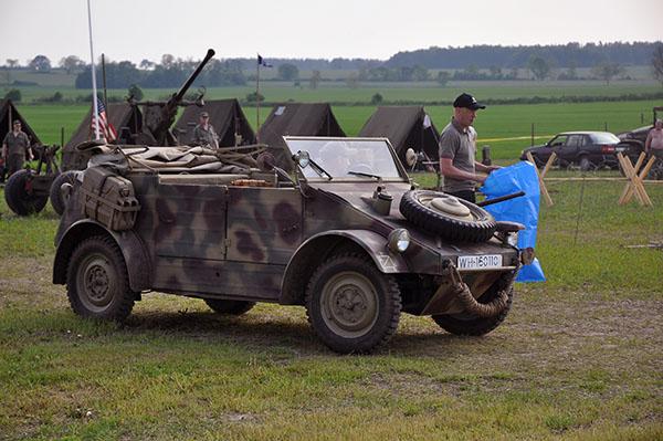 För det var ju inte vilka bilar som helst som skulle lastas av. Här en tyska Kubelwagen som skulle delta i evenemangen.