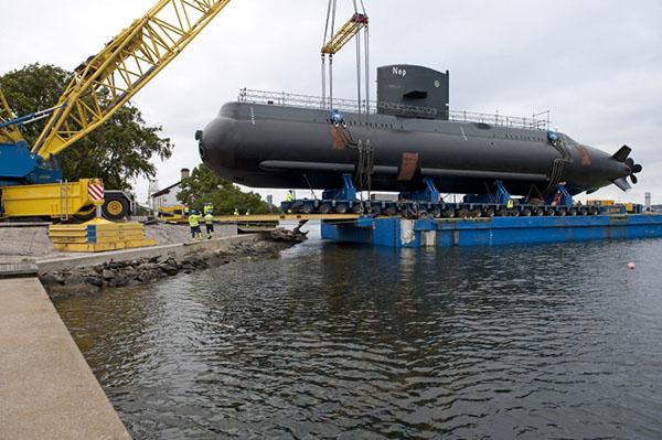 Här lyfts ubåten HMS Neptun på plats. (foto: Erling Klintefors)