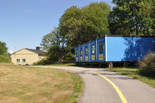 Vandrahemmet på Säve. Alltså de blå bodarna. Den gula byggnaden rakt fram har tillhört F10 baspluton en gång i tiden.