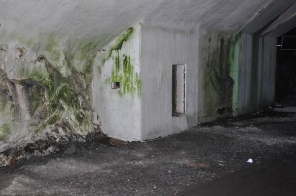 """Närskydd i form av en liten """"bunker"""" vid nedfarttunneln på Aeroseum."""
