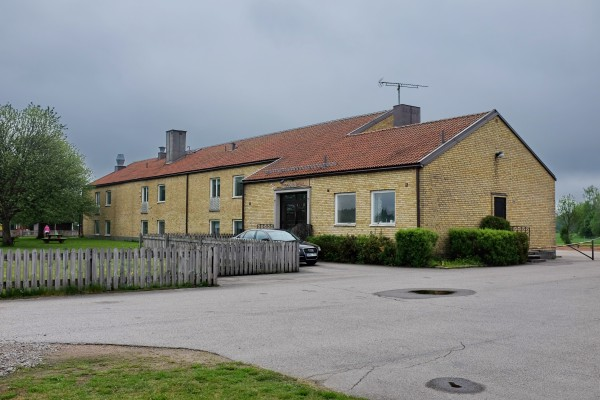 """...eller lite mer obetydlig, som här i en """"vanlig"""" skolbyggnad, någonstans på landet."""