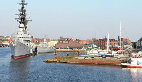 Här finns både betong och marinmuseum.