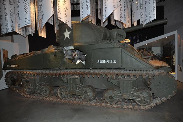 Sherman-stridsvagnar var allmänt förekommande, så även på detta museum. Notera granatträffen.