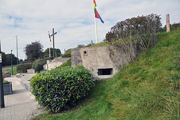 Belgisk kulsprutebunker och minnesplats över striderna 1940.