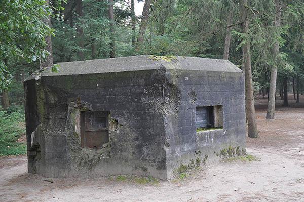 Holländsk kulsprutebunker som varit inblandad i striderna mot tyskarna i samband med den tyska invasionen 1940.