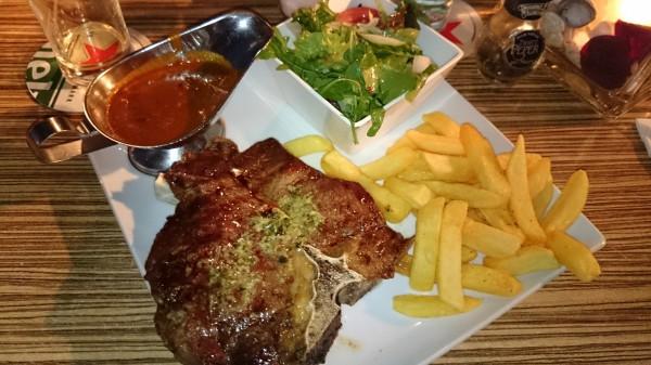 Sä här ser en ½ kilos T-bone steak ut! Innan man börjar äta!