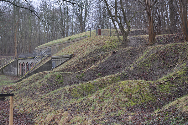 """En av de många märkliga byggnadsverks man kan förundras över längs befästningsvallen. De många """"smågroparna"""" är rester efter skyddsrum som var täckta med järnvägsräls."""