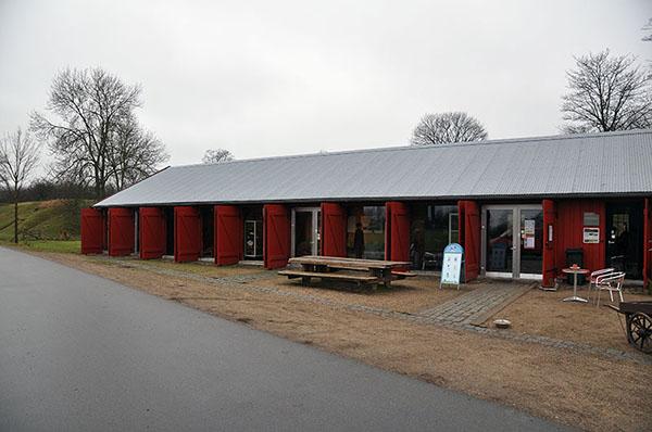 Artillerimagasinet. Värmestuga, kaffeservering och litet museum om vallen.