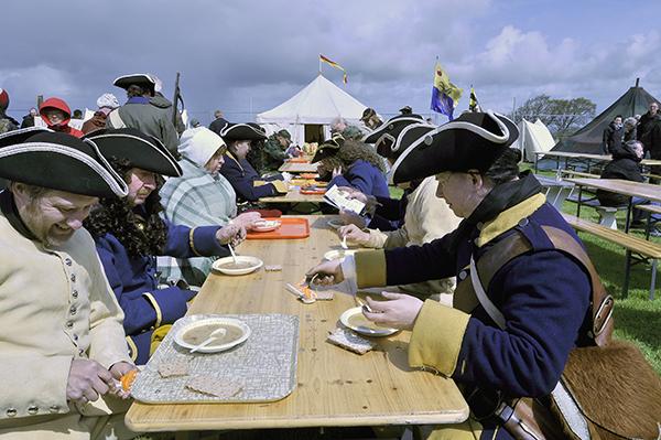 Trots sina 300 år på nacken låter sig karolinerna väl smaka av kokets ärtsoppa!