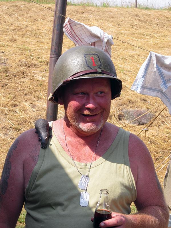 """Kokkis med sin tama """"råtta på axeln. Men låt dig inte luras, han lagar mat på riktigt till sina soldatkamrater!"""