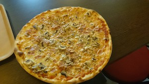 Och den vanligaste lunchrätten. En pizza av något slag.