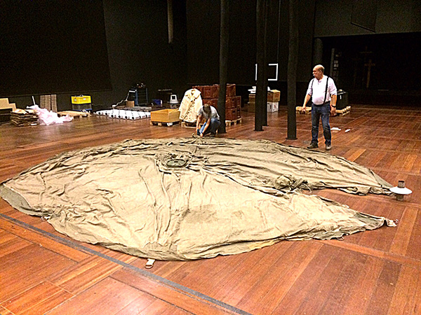 Det var med viss tvekan man insåg att vi skulle skruva fast tältet i golvet.