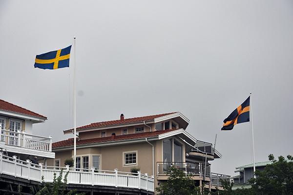 Flaggorna smattrade i den byiga vinden.
