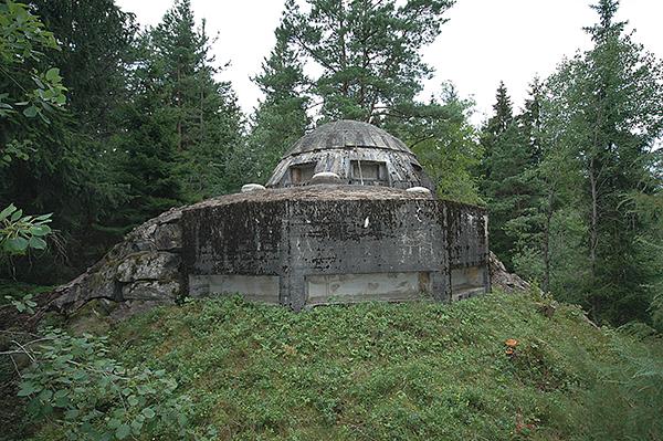 """Ett så kallat Lindénvärn. Underdelen är ett """"normalt"""" observationsvärn, men med den grantiklädda överdelen (kupolen) blir det ett Lindénvärn."""