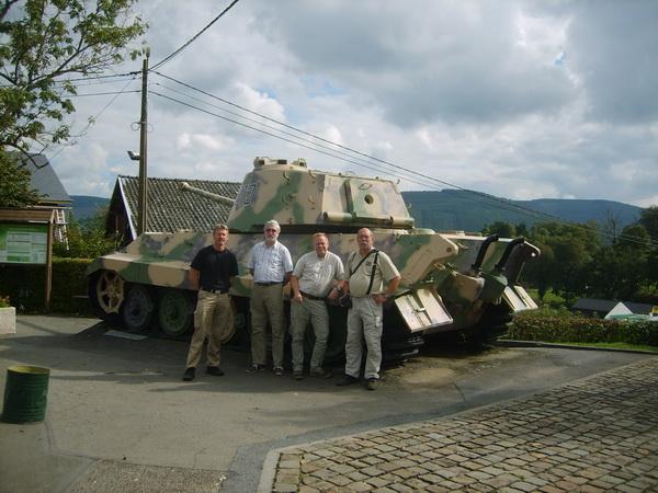 Det obligatoriska gruppfoto från 2014 års resa. Här framför en Kungstiger utanför Bastogne. Någon som vågar sig på en gissning var 2015 års gruppfoto skall tas?