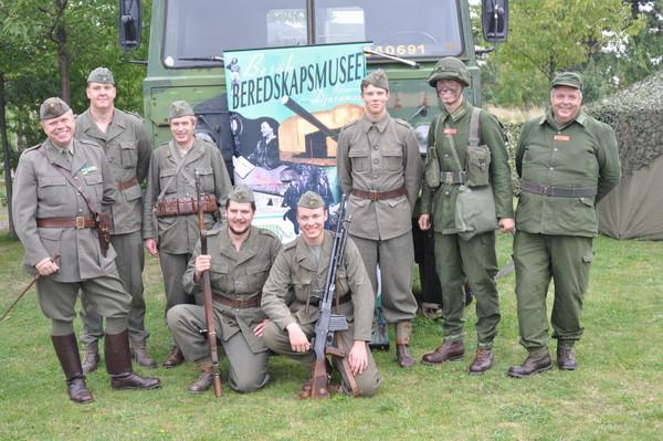 Det obligatoriska gruppfotot med 7. motorbrigaden från Beredskapsmuseet i Djuramossa.