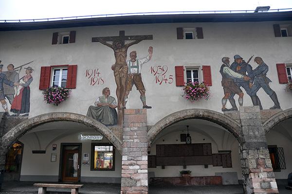 Flera byggnader hade vackra målningar på väggarna, som här med hyllning till ortens stupade under de båda krigen.