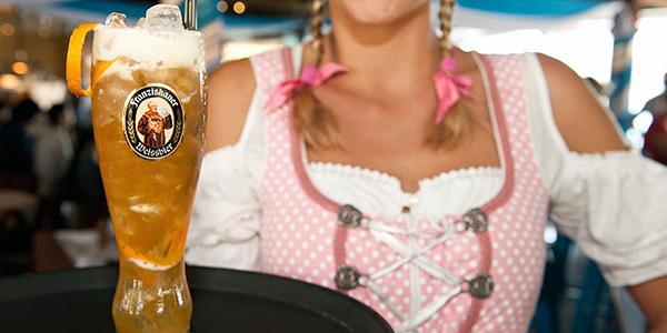 Biercocktail serverad på ett utomordentligt sätt i enlighet med Bayerns traditioner.