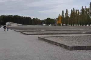 Återskapade grundmurar markerar var, och hur de många lägerbarackerna låg.