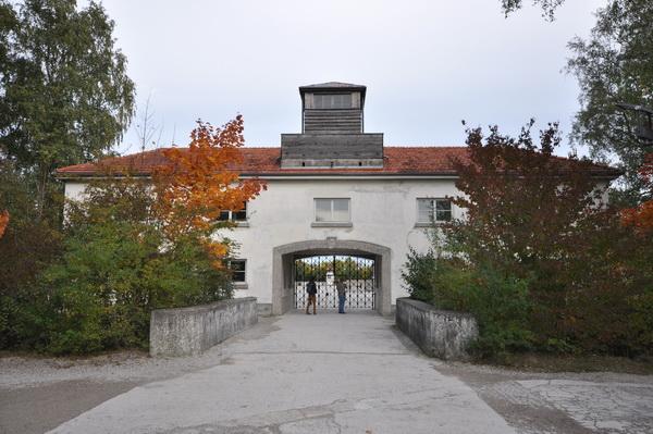 Entreebyggnaden till koncentrationslägret i Dachau.
