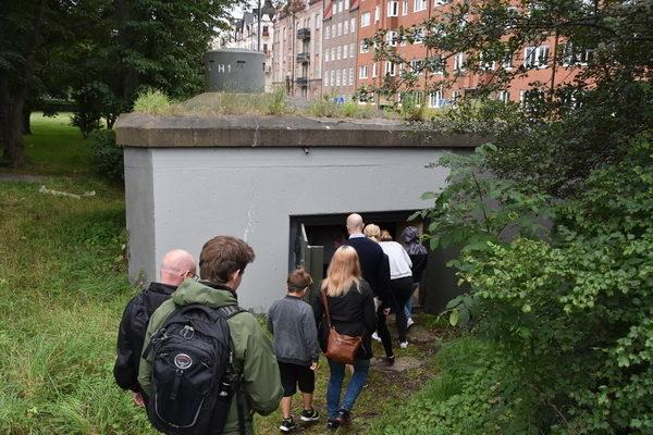 Alla vill komma in i värnet H 1 vid Margaretaplatsen, där guidningen börjar.
