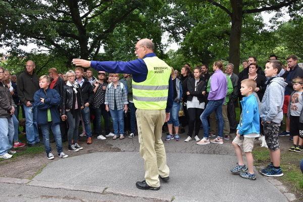 Här får deltagarna en lektion i hur man spärrar en gatukorsning med både värn och hinder. (foto: Johan Andrée)