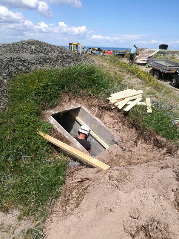 Pågående plombering av skyddsrum 817 a. I bakgrunden syns värn 817 som precis fått sin armering i nedgången. (foto: Anders Bengtsson)