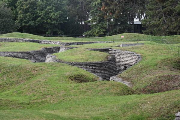 Tyska skyttegravar. Rent allmänt var ofta de tyska linjernas skyttegravar bättre utförda och djupare.