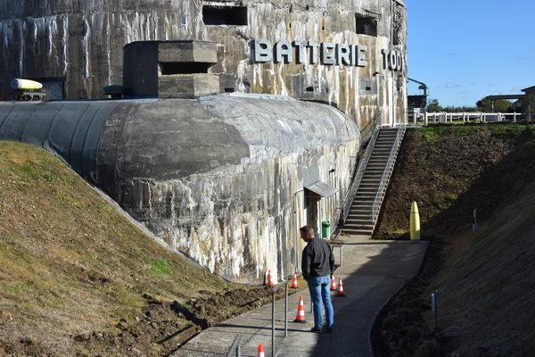 Batteri Todt med sin stora pjäsbunker. Här fanns, och finns, fyra pjäsbunkrar som under kriget var bestyckade med 38 cm kanoner. Ola konstaterar att det är en rätt stor bunker!