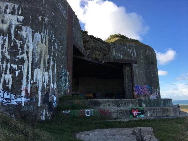 En av bunkrarna i batteri Todt. Här harman försökt att spränga bunkern, utan att lyckas.