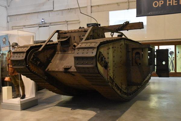 """Några bilder från Militärmuseet i Bryssel bl a en engelskt """"tank"""" av modell Mark IV."""