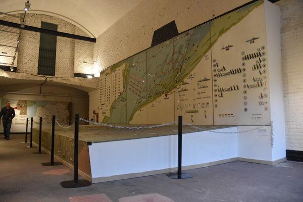 Nedersta bilden visar den stora modellen över hur evakueringen gick till.