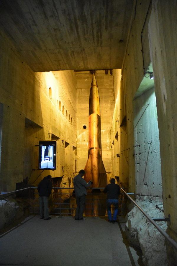 Det är svårt att förmedla storleken på bunkern, men här ett försök genom bilden av V 2 raket i naturlig storlek.